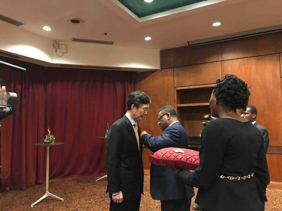 Ambassador LIM receives decoration at his farewell state dinner