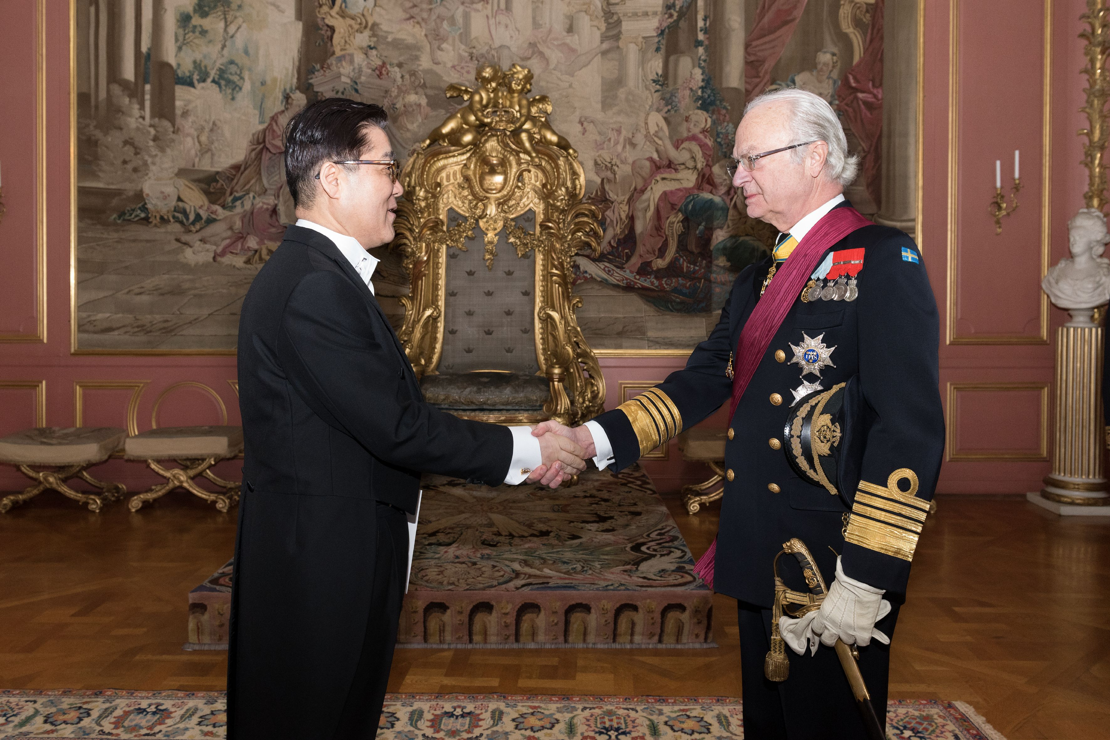 Ambassador Lee presents Letters of Credence to H.M. King Carl XVI Gustaf