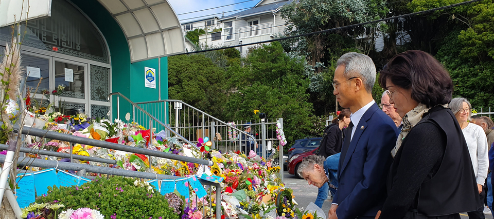 Ambassador Yeo Lays Wreaths in Wellington for Christchurch Victims