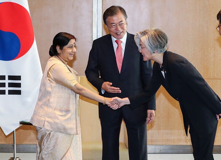 President Moon Jae-in Meets With Indian Foreign Minister Sushma Swaraj