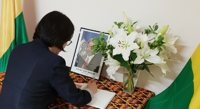Amb Paik signs a book of condolence in honor of Mr. Kofi Annan, former Secretary-General of the United Nations.